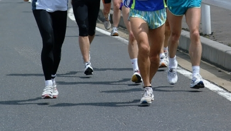 マラソンをする人々